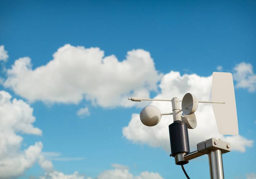 Windmesser Stärke und Richtung vor blauen Himmel